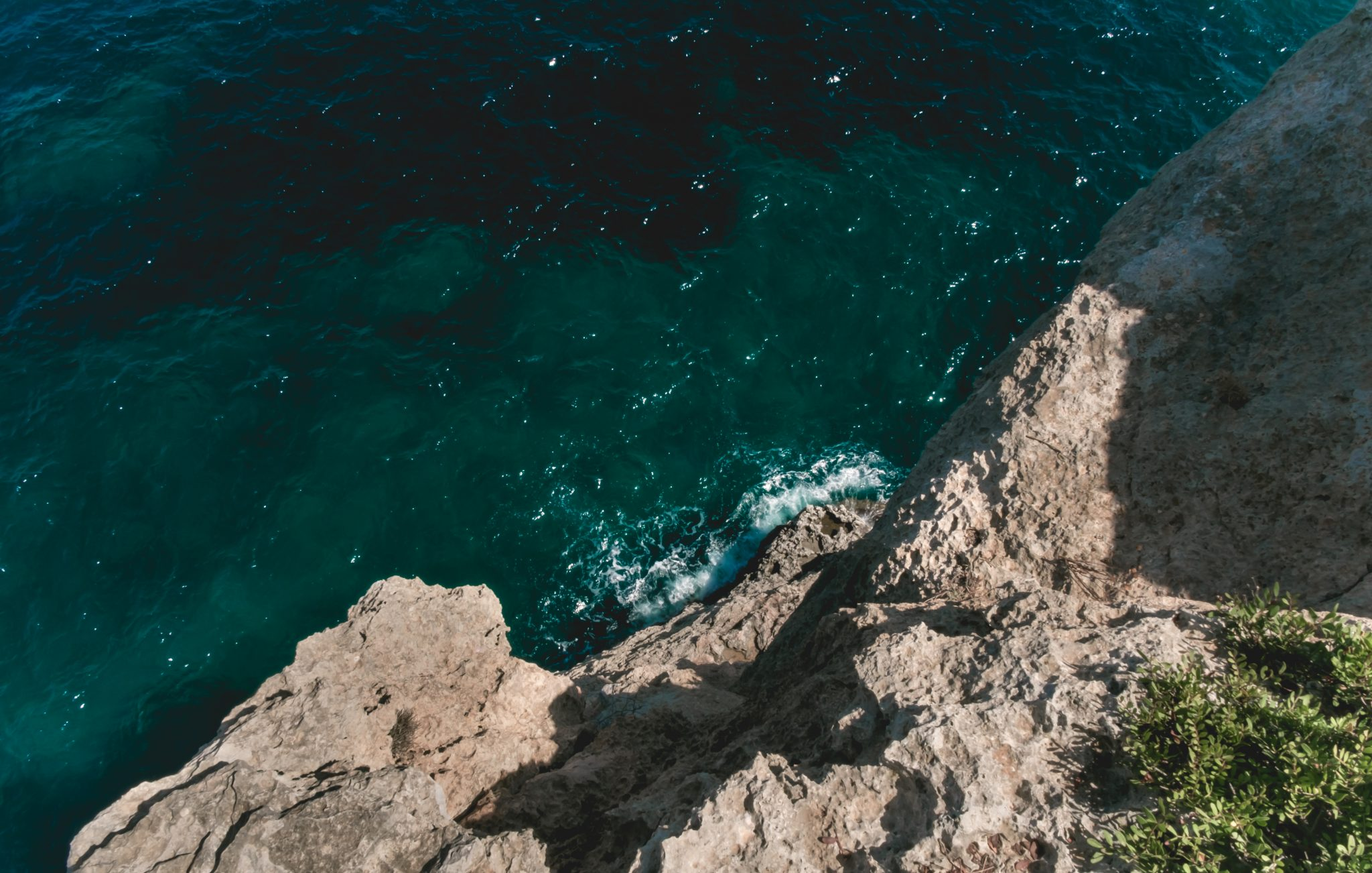 View of the sea from a cliff photo by Jo Kassis
