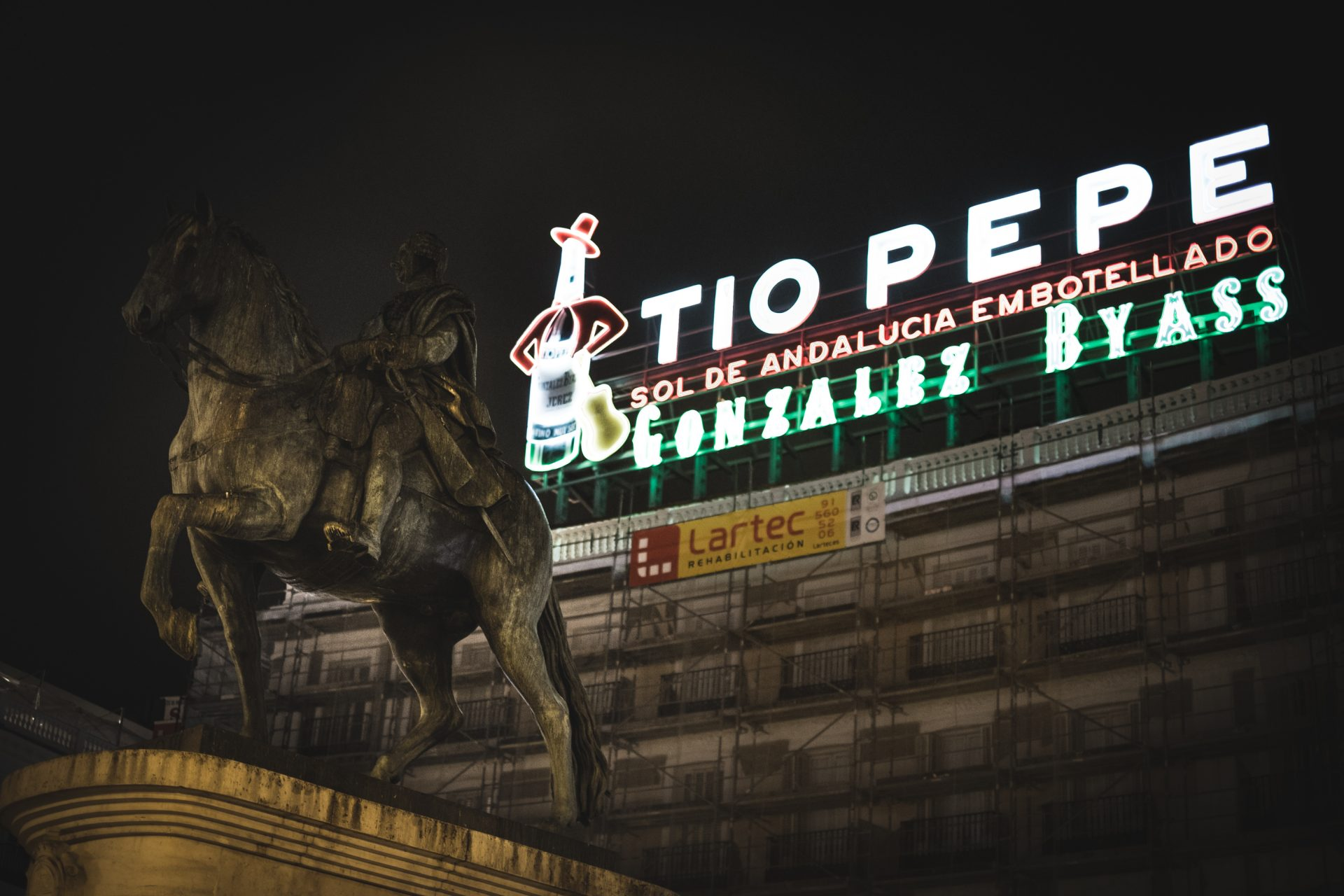 Tio pepe and the statue in madrid photo by Jo Kassis